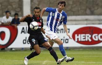 Diego Castro controla un balón ante su marcador.