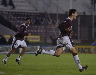 Gioda celebra un gol con el Lanús