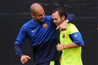 Guardiola bromea con Iniesta durante un entrenamiento en Los �ngeles