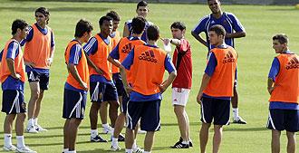 Marcelino da instrucciones a sus jugadores en un entrenamiento
