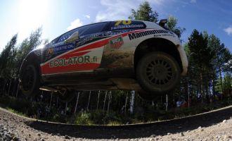Kimi Raikkonen hace un gran salto con su Fiat en Finlandia
