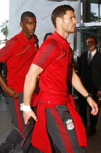 Xabi Alonso, serio a su llegada a Barcelona.