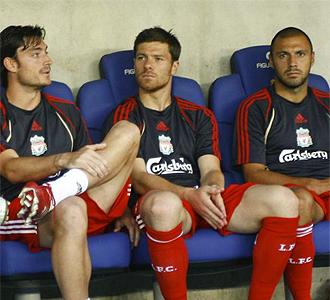 Xabi Alonso en el banquillo junto a Riera.