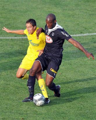 Fuster y Ciani pugnan por un balón durante el encuentro amistoso entre Villarreal y Girondins.