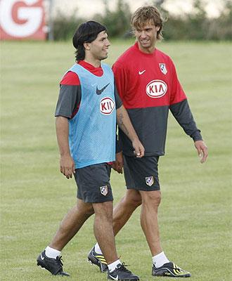 Varela y Ag�ero hablan durante un entrenamiento