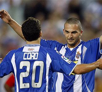 Coro y Ben Sahar se abrazan tras un gol.