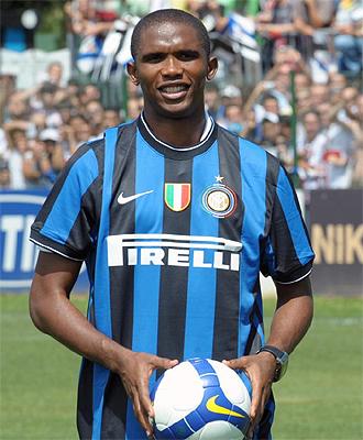 Samuel Etoo durante su presentación con el Inter de Milán