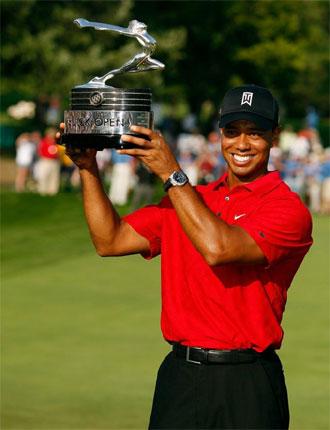 Tiger Woods posa contento con su trofeo.