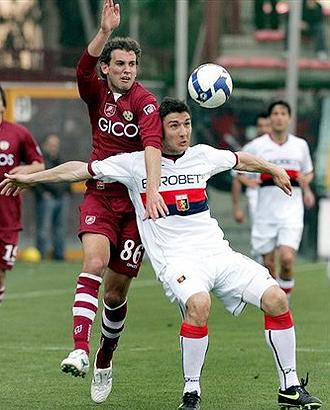 El uruguayo Christian Ricardo Stuani pelea en segundo término con Salvatore Bocchetti durante el Reggina-Genoa de la pasada temporada del Calcio