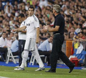 �lvaro Negredo recibe instrucciones de Manuel Pellegrini en el partido de la Peace Cup ante el Liga Universitaria de Quito