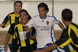 Ponzio se lleva un bal�n ante un jugador del San Roque.