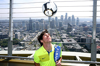 Messi toca un balón en lo alto del Space Needle