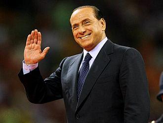 Silvio Berlusconi, saludando a los aficionados en un acto del Milan