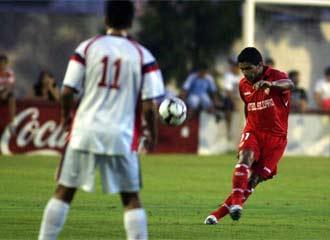Renato golpea el balón en presencia de un jugador del Chiclana.