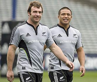 Keven Mealamu, en segundo plano, junto a Andrew Hore, el otro talonador de los 'All Blacks' durante un entrenamiento del mes pasado en el Eden Park