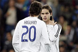 Gago e Higuaín, jugando con el Madrid