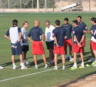 Gregorio Manzano se dirige a los veteranos del equipo en un entrenamiento de esta pretemporada del Mallorca