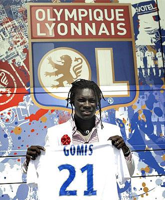 Gomis, uno de los fichajes más importantes de la Ligue 1, posa con la camiseta del Lyon