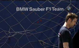 Un empleado de BMW pasa por delante del Box del equipo.