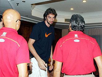 Pau Gasol saluda a Sergio Scariolo a su llegada a la concentraci�n.