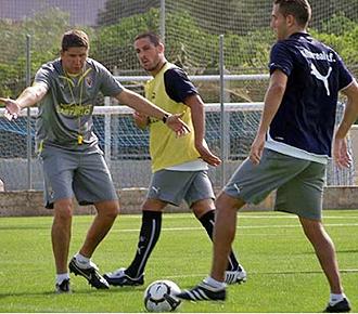 Juan Carlos Garrido dirige un entrenamiento del Villarreal B durante la concentraci�n de Oliva