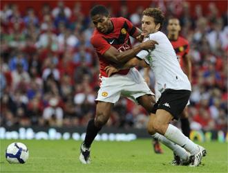 Baraja pugna por un bal�n con Valencia durante un amistoso de pretemporada.