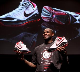 James, mostrando las nuevas zapatillas