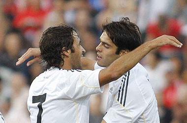 Raúl, autor de dos goles, es felicitado por Kaká