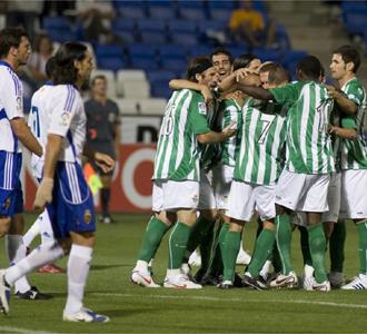 Los jugadores del Betis celebran uno de los goles del partido