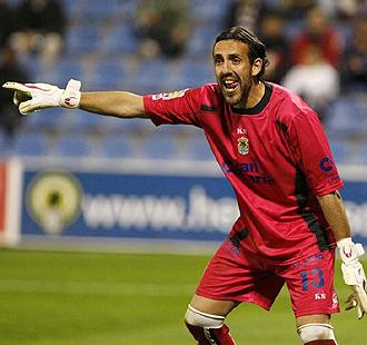 Pindado, en la imagen haciendo señas durante un partido de la pasada temporada, consiguió dejar a cero la portería de Las Palmas en Pozoblanco