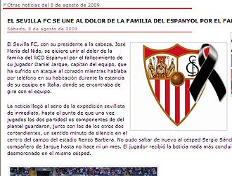En la web del Sevilla se pudo ver el escudo del equipo con un cresp�n negro.