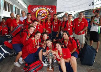 Las jugadoras de la selecci�n sub 16, a su llegada a Espa�a tras lograr el oro.