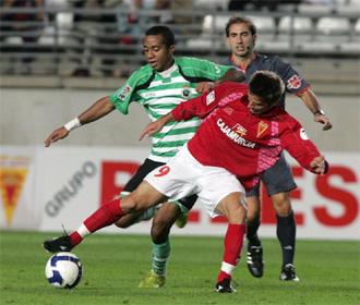 Ísmodes intenta irse de De Lucas durante un encuentro de Copa del Rey.