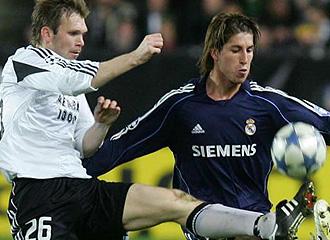 Sergio Ramos disputa un bal�n con un jugador del Rosenborg