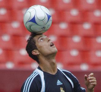 Cristiano Ronaldo jugando con el balón en un entrenamiento
