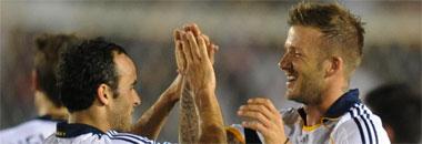 Donovan celebra un gol con Beckham