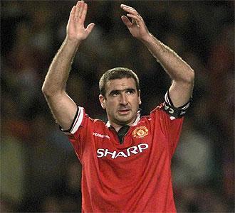 Eric Cantona durante un partido con el United.