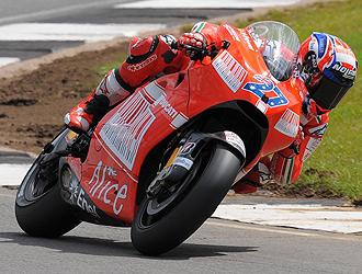Stoner conduce su Ducati en Donington Park.