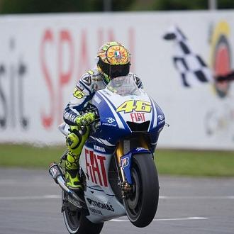 Valentino Rossi hace un caballito tras una carrera