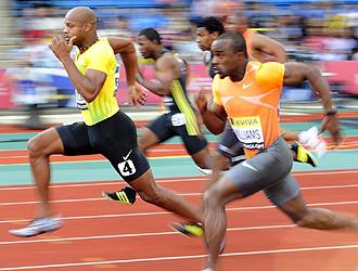 Asafa encabeza la carrera de 100 m en el Gran Premio de Londres.