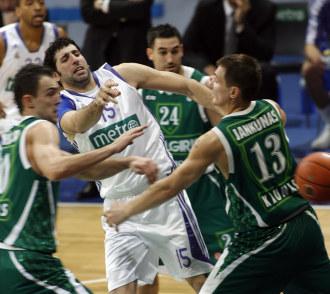 Jankunas, luchando con Mumbr� en un partido de Euroliga.