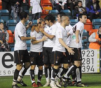 Los jugadores del Salamanca, con Azkorra a la izquierda, el autor del segundo gol en Zamora, celebran un gol del equipo charro durante la pasada temporada