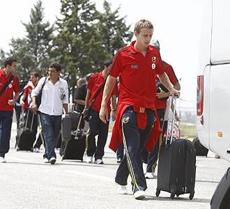 Ignacio Monreal, a su llegada a Macedonia junto al resto de la selección.
