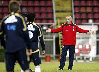 Del Bosque da instrucciones a sus jugadores.