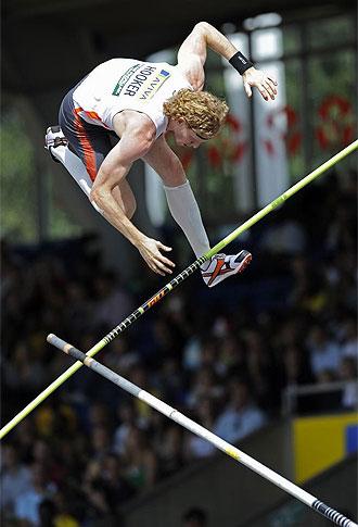 Steve Hooker, en un salto en el Gran Premio de Londres