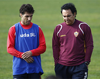 Hugo Sánchez charla con Ortiz durante un entrenamiento.