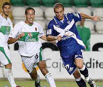 Acciari y Juanlu luchan por un bal�n durante el partido de presentaci�n del Elche ante su afici�n, en el que gole� al Tenerife por 4-1
