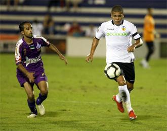 Carleto avanza con el balón ante un rival.