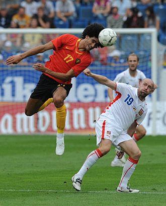 Fellaini disputa un balón a Stajner.