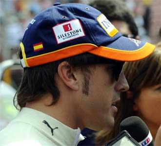 Alonso, atendiendo a los medios tras un Gran Premio
